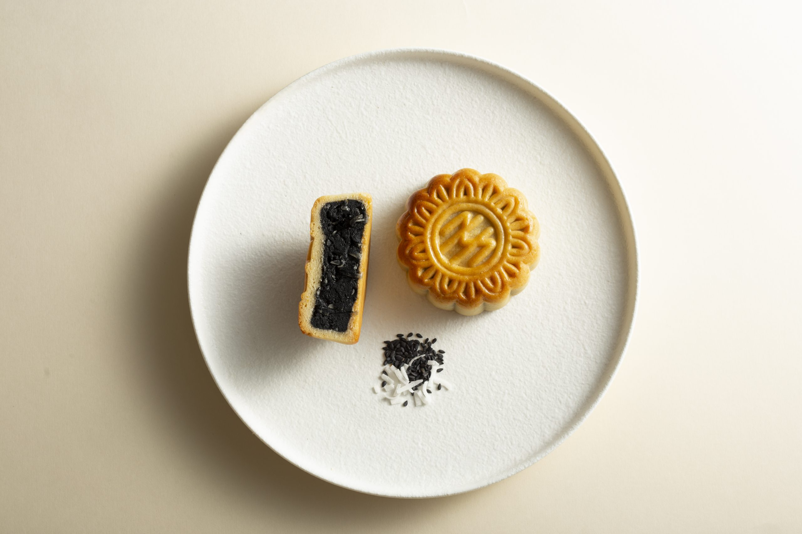 metropole-hanoi-unveils-new-mooncake-flavors-elegant-boxes-for-mid-autumn-festival